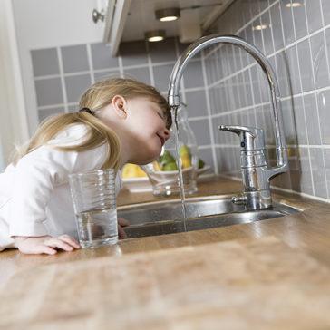 Acht Gründe, warum Sie mehr reines Wasser trinken sollten